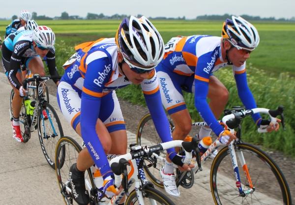 Weekeindje in de aanval met ploeggenoot Roxane! (foto: Sportfoto.nl)