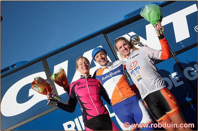 Podium Beachrace Scheveningen met Alieke Hoogenboom (2e) en Paulina Rooijakkers (3e) (foto Rob Duin)